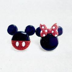 Amusant et ludique Mickey et Minnie Mouse boucles d'oreilles parfaites pour les demoiselles et les dames qui sont jeunes de coeur.  Boucles d'oreilles sont 3/4 pouces par 3/4 pouces. S'il vous plaît me contacter si vous avez des questions.  Fait avec des boutons acryliques remodelées qui ont été attachées au nickel libre boucle d'oreille Boucles d'oreille ou choisissez l'option dangles.  Prêt à expédier sous 1 jours ouvrés. Ne manquez pas l'occasion d'avoir ces superbes boucles d'or...