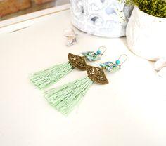 Boucles d'oreille ethniques éventails et pompon vert d'eau. : Boucles d'oreille par mes-tites-lilis
