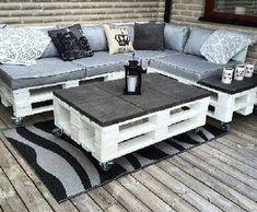 Dans la tendance déco récup, une table basse palette est le meuble palette le plus facile à faire. Une table complément du salon de jardin en palette, pour l'intérieur, avec roulettes, recouverte d'un plateau de verre, peinte ou laissée à l'état brut industriel, la table basse assemblée avec une ou
