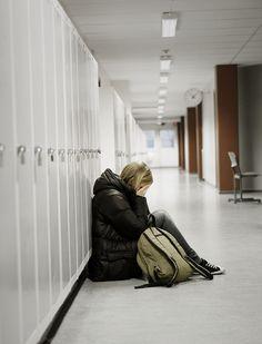 """> Nouvel article publié dans la rubrique """"SOCIETE/SCOLARITE"""" sur www.enfant.net - Harcèlement à l'école. Roux, bon élève, couleur de peau particulière, gros, garçon efféminé, garçon manqué, pauvre, handicapé … être différent à l'école est souvent source de harcèlement. Aujourd'hui, 10 % des élèves en sont victimes. L'utilisation des réseaux sociaux décuple ce phénomène. Le documentaire de Sophie Merle et Emma Rota, « Harcèlement, violence : quand l'école n'arrive plus à protéger nos enfants…"""