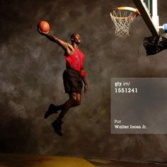 Fotografia de notícias : Michael Jordan of the Chicago Bulls poses for a. Michael Jordan Dunking, Mike Jordan, Michael Jordan Basketball, Chicago Bulls, Basketball Legends, Basketball Players, Basketball Art, Nba, Slam Dunk