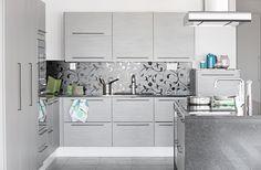 Maler-talo Talo, jossa kaikki tarvittava on käden ulottuvilla. Topin sisustus tyylikästä harmaata, nuorekasta mustaa ja viehkeää valkoista. Nuorekas ilme jatkuu läpi koko lomakodin. Paljon persoonallisia ratkaisuja ja veikeitä yksityiskohtia. Huomio kiinnittyy kiiltoon ja kauniisiin pintakuvioihin. Ovimalli Kaisla KA58 harmaa. Floor Ceiling, Double Vanity, Floors, Kitchen Cabinets, House, Home Decor, Home Tiles, Flats, Decoration Home
