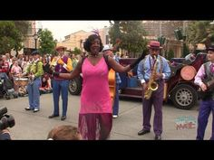 Visit http://www.InsideTheMagic.net for more from Buena Vista Street! Five and Dime jazz ensemble drive out and perform with Goofy in Carthay Circle on Buena...