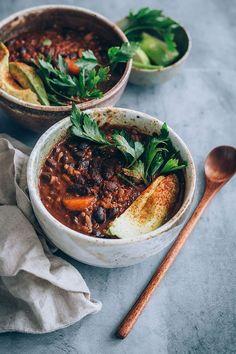 Vegan black bean soup with avocado #blackbean #soup #vegan   TheAwesomeGreen.com