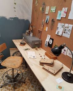 Check out this great officespace I saw at the woonbeurs in Amsterdam. I already have the same kind of desk, so this gives me some good ideas. #moderndecor #homedecor #buyhandmade #etsy #wallart #abmcrafty #flashesofdelight #handmade #makersgunnamake #DifferenceMakesUs #etsyseller #interieurstyling #123interieur #scandicterior #scandinaviandesign #bookshelves #booklover #woonbeurs #flexa #officespace