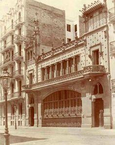 *1909. Aspecte original de la Casa Thomas, una de les obres modernistes destacades de l'Eixample (carrer Mallorca 293), enlairada segons projecte de Lluís Domenech i Montaner. BARCELOFÍLIA