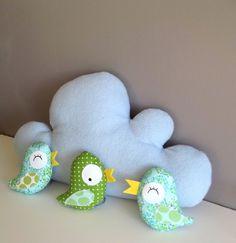 Mobile nuage fait main en polaire ou velour,  avec des petits personnages suspendus: zozios ou hiboux ...