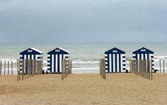 Cabane de plage sur la côte belge Bathroom Pictures, Beach House, Europe, Deco, Beach Shack, Message In A Bottle, Beach Stones, Craft Studios, Creative