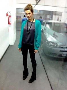 Cardigan verde alongado + top preto cetim + legging + bota franjas camurça + colar cristal preto Swarovski - Alexandra Difa -
