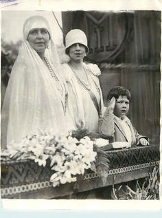 Queen Marie with Princess Elisabeth and Prince Michael of Romania Queen Victoria Family, Princess Victoria, Princess Alexandra, Princess Beatrice, Michael I Of Romania, Romanian Royal Family, Peles Castle, Royal Photography, Adele