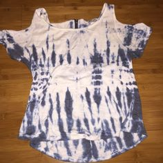 Tie dye top Blue and white tie dye top with cut out on the shoulders and a zipper detail on the back! In used condition Tops Tees - Short Sleeve