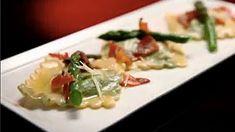 Raviolis imprimés aux herbes avec sauce au beurre de sauge, aux asperges et à la pancetta