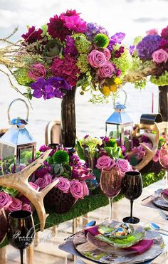 Centro de mesa colorido para boda en el jardín