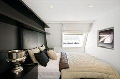 Romslig soverom i 6.etasje med innebygd flatskjerm og snekkertilpassede hyller