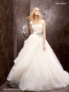 Vestido de novia en tul de seda, falda con extravolumen y lazo en pedrería