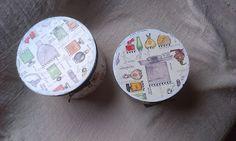.: Cajas redondas decoradas con botellas de perfumes