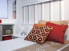 Objetos e roupa de cama O ambiente claro pode ganhar cores e detalhes por meio de tapetes, roupa de cama, almofadas, cadeira colorida, pufe, quadros. Tudo isso sem exagero, é claro, e com tonalidades complementares. Se enjoar do visual, basta trocar os objetos e tecidos. O aspecto muda sem que se gaste muito. No quarto da foto, proposto pelo arquiteto Sergio Astrauskiene, as almofadas dão um charme a mais.