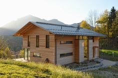 In the idyllic valley of the Tiroler Achen, more precisely in the town of Marquartstein, the architecture firm Martin Schaub built a modern passive house. click picture for Architecture Résidentielle, Cabinet D Architecture, Futuristic Architecture, Wooden Facade, Passive House, Exterior Design, House Styles, Building, House Design