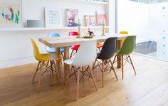 Comedor con sillas Eames de colores