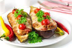 Gefüllte Melanzani / Auberginen sind ein schnell zubereitetes Gericht, welches nicht nur schmackhaft ist, sondern auch wunderbar preiswert zuhause, ja fast gelingsicher, nachzukochen ist. Bruschetta, Baked Potato, Zucchini, Recipies, Food And Drink, Potatoes, Tasty, Baking, Vegetables