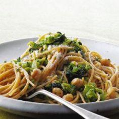 Whole-Wheat Spaghetti with Broccoli, Chickpeas, and Garlic - muchas recetas sencillas para la comida y cena :) Chickpea Recipes, Vegetarian Recipes, Cooking Recipes, Healthy Recipes, Free Recipes, Whole Wheat Spaghetti, Whole Wheat Pasta, Wheat Pasta Recipes, Easy Family Dinners
