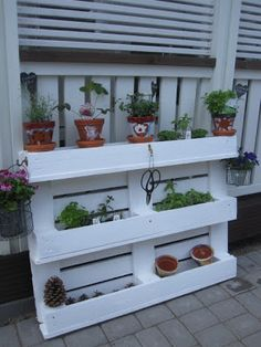 Polkadot: Puutarhaidea Outdoor Living Patios, Back Garden Design, Balcony Grill, Back Gardens, Plant Holders, Pallet Furniture, Diy And Crafts, Sweet Home, Projects To Try