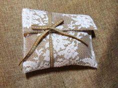 ΠΟΥΓΚΙ ΦΑΚΕΛΟΣ ΔΑΝΤΕΛΑ 15X12,5cm Bomboniere Ideas, Burlap, Reusable Tote Bags, Gift Wrapping, Create, Gifts, Weddings, Design, Gift Wrapping Paper
