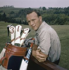 Golf Fashion Vintage Arnold Palmer again. This time sportin' a vintage golf bag. How about that shirt? I think J.Crew released the same one in Arnold Palmer, David Bowie, Famous Golfers, Golf Images, Best Golf Clubs, Golf Photography, Vintage Golf, Perfect Golf, Golf Training