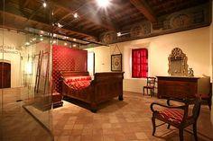 Castello di #Grinzane #Cavour.   Costruito a partire dal XIII secolo, il castello fu la residenza di Camillo Benso Conte di Cavour dal 1830 al 1849. Nella foto, la stanza da letto in cui dormì il grande statista italiano.