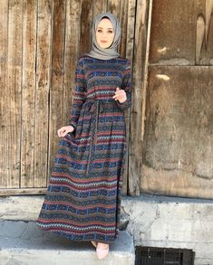 Dress 29 € Dress Length – Länge: 145 cm Standard Size = TR Chest – Brust: 110 Waist – Taille: 112 Basen – Blessings: 128 Length – Länge: 145 – Meltem Topçu – Join the world of pin Iranian Women Fashion, Islamic Fashion, Muslim Fashion, Modest Fashion, Fashion Dresses, Hijab Casual, Estilo Abaya, Abaya Mode, Hijab Stile