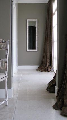 Hoge strakke plinten( zie foto in combinatie marmere vloer)