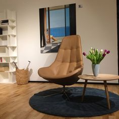 Fotel Boston a w tle wakacyjny widok za oknem. ;) Prawda że piękny?     Boston armchair with luxury lether cover BoConcept Trójmiasto    #armchair#beauty#furniture#boconcept#urban#danish#design#designlovers#loveit#comfortable#nice#stylish#luxury#goodprice#boconceptgdynia#interior #designers#oxford#leather#boston#fotel#galeria#obraz#sunnyday#widok#view#flower#tulip