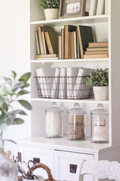 Nice Bookshelf Styling For Decoration Idea Note wire baskets Bookshelf Styling, Bookshelves, Bookshelf Decorating, Decorating Ideas, Decor Ideas, Home Interior, Interior Design, Décor Antique, Home Staging
