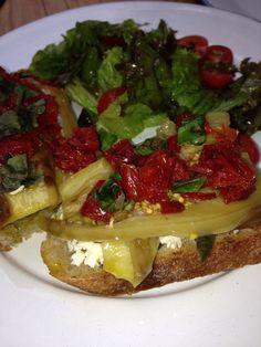 Panini de berenjena con queso de cabra y tomates deshidratados, delicia con 283 kcal