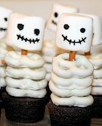 An easy halloween treat to please all the kiddos! Pro tip: buy the cupcakes. Fun Halloween snack ideas for kids, kids Halloween party ideas Soirée Halloween, Dessert Halloween, Halloween Goodies, Halloween Food For Party, Holidays Halloween, Halloween Buffet, Halloween Recipe, Halloween Baking, Halloween Treat Ideas For School