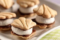 No graham crackers No problem. These scrumptious little smores start with mini fudge-covered shortbread cookies. Mini Desserts, Delicious Desserts, Dessert Recipes, Dessert Bars, Individual Desserts, Meal Recipes, Family Recipes, Crockpot Recipes, Dinner Recipes