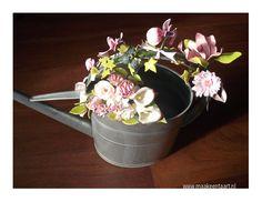 Dit is mijn examenstuk voor PME 2 Suikerbloemen. Ik heb er de volgende bloemen in verwerkt: calla's, rozen, gerbera's, fresia's, lelies, bramen, hedera, rozenblaadjes, fantasiebloemen. Erg leuk om te maken.