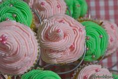 Vanilla cupcakes with buttercream frosting http://www.colazionedafrenca.com/ricette/ricetta-cupcake/