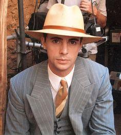 Matthew Goode procura Goode em chapéus.  No. 13?