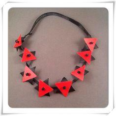 Fietsband met rode kunststof driehoekjes. www.pollekedesign.nl