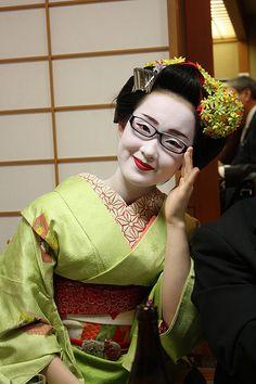 眼鏡をかけた舞妓さん four-eyed maiko