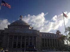 Capitolio.  Las banderas que no sólo representan,  sino también embellecen el capitolio están colocadas en la altitud perfecta y se puede apreciar su execente estado.