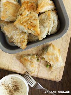 Samosy z groszkiem, fasolką szparagową i ziemniakami. Bombay samosas Samosas, Spanakopita, I Foods, Food Photography, Ethnic Recipes