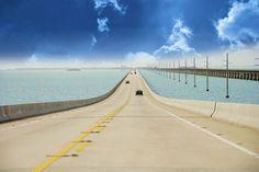A l'extrémité sud des Etats-Unis sur le détroit de Floride, séparant l'océan Atlantique du Golfe du Mexique, les Keys forment un archipel composé d'un millier d'îles et d'îlots de corail. La US One est la seule route qui mène à Key West. Cette Overseas Highway survole l'archipel sur 170 km et à travers 42 ponts.et http://www.routard.com/contenu-dossier/cid130364-les-plus-belles-routes-du-monde.html?page=6