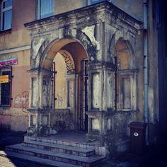 Łuków. Ganek kamienicy, widok od ulicy Chopina.