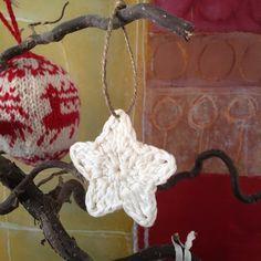 Jeg synes heklet julepynt er veldig koselig - og det finnes så mange fine hekleoppskrifter. Disse små heklede julestjerner er fine å pynte m...