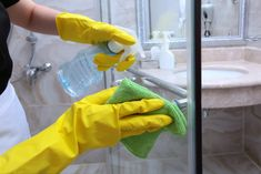 Cleaning Glass Shower Doors, Baseboard Cleaner, Soap Scum, Distilled White Vinegar, Toilet Cleaning, Quites, Kitchen Cupboards, Spring Cleaning, Cleaning Tips
