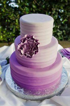 Turmförmige Hochzeitstorte mit Obmre-Überzugsfarben, große Blume als Schmuck
