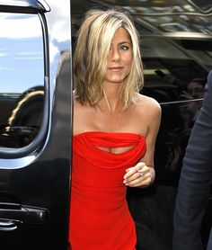 Jennifer Aniston🌷with this dress🔥🔥🔥 Jennifer Anniston Short Hair, Jennifer Aniston Haircut, Jennifer Aniston Pictures, Jennifer Aniston Style, Medium Length Hair With Layers, Medium Layered Hair, Jeniffer Aniston, New Hair Do, Trending Haircuts