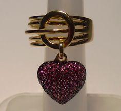 Anel em ouro folheado 18k com pingente de coração cravejado de zircônias rosa e fundo preto (ródio). Disponível nas cores pink, branca e preta.